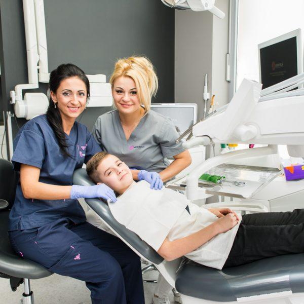 młody pacjent na fotelu u stomatologa