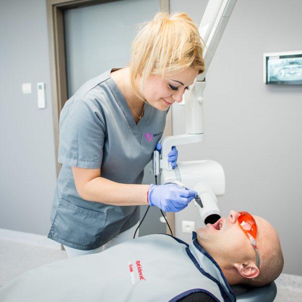 plombowanie zęba u dorosłego pacjenta