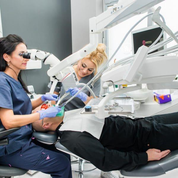 chirurgiczny zabieg usuwania zęba