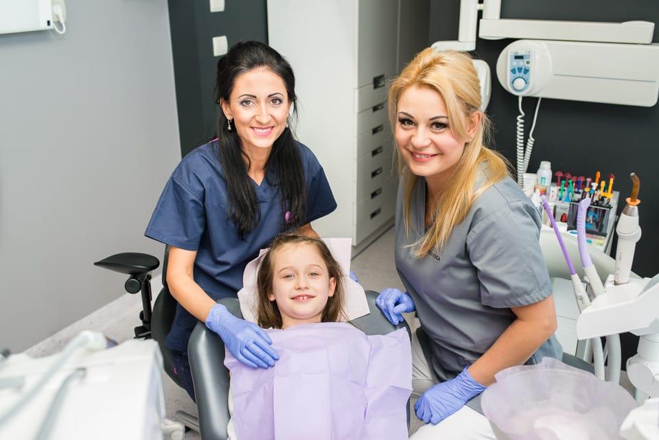 Zadowolona dziewczynka na fotelu dentystycznym