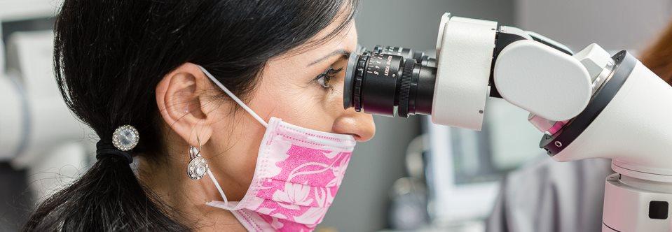 zabieg leczenia kanałowego zębów pod mikroskopem