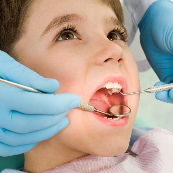 Stomatolog dla dzieci lakuje zęby Białystok