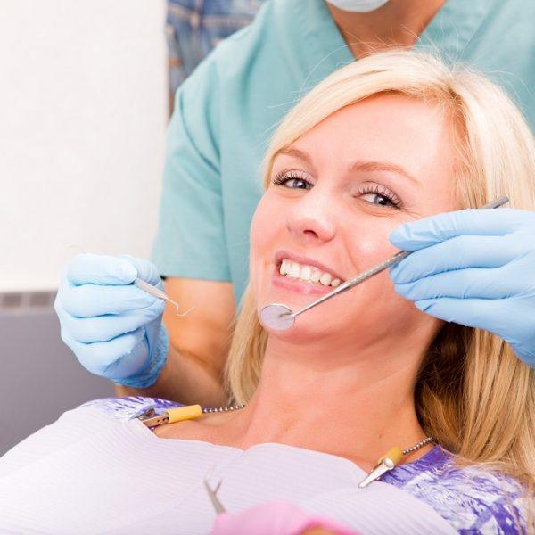 Uśmiechnięta Pani w gabinecie stomatologicznym Białystok