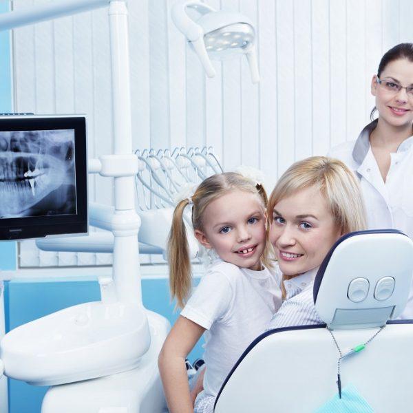 Mama z dzieckiem u stomatologa Białystok