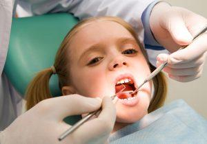 wizyta u stomatologa addaptująca dziecko do leczenia zębów