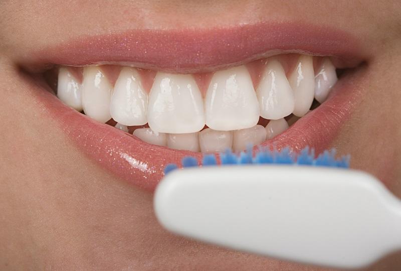 mycie zębów szczoteczką poleconą przez dentystę