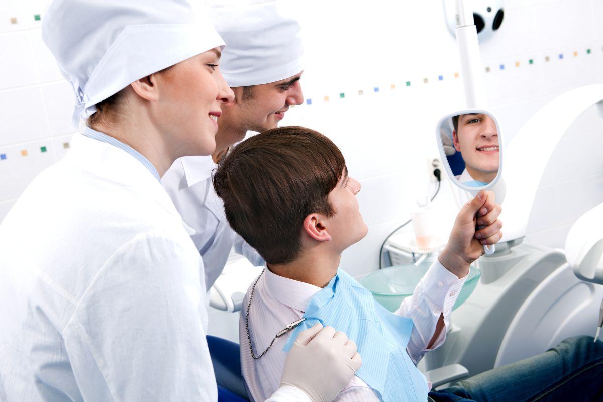 Pacjent po zabiegu chirurgii stomatologicznej Białystok