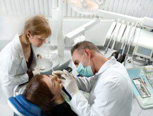Zabieg w dobrym gabinecie stomatologicznym Białystok